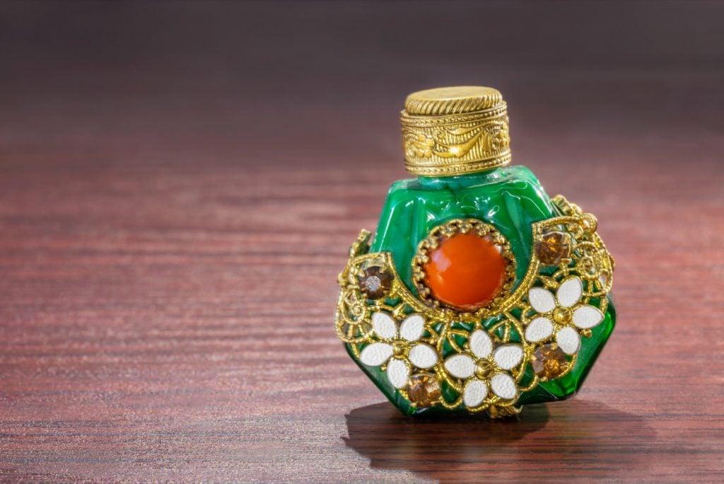 Oriental perfume bottle in green jade with brown sinhalite gems